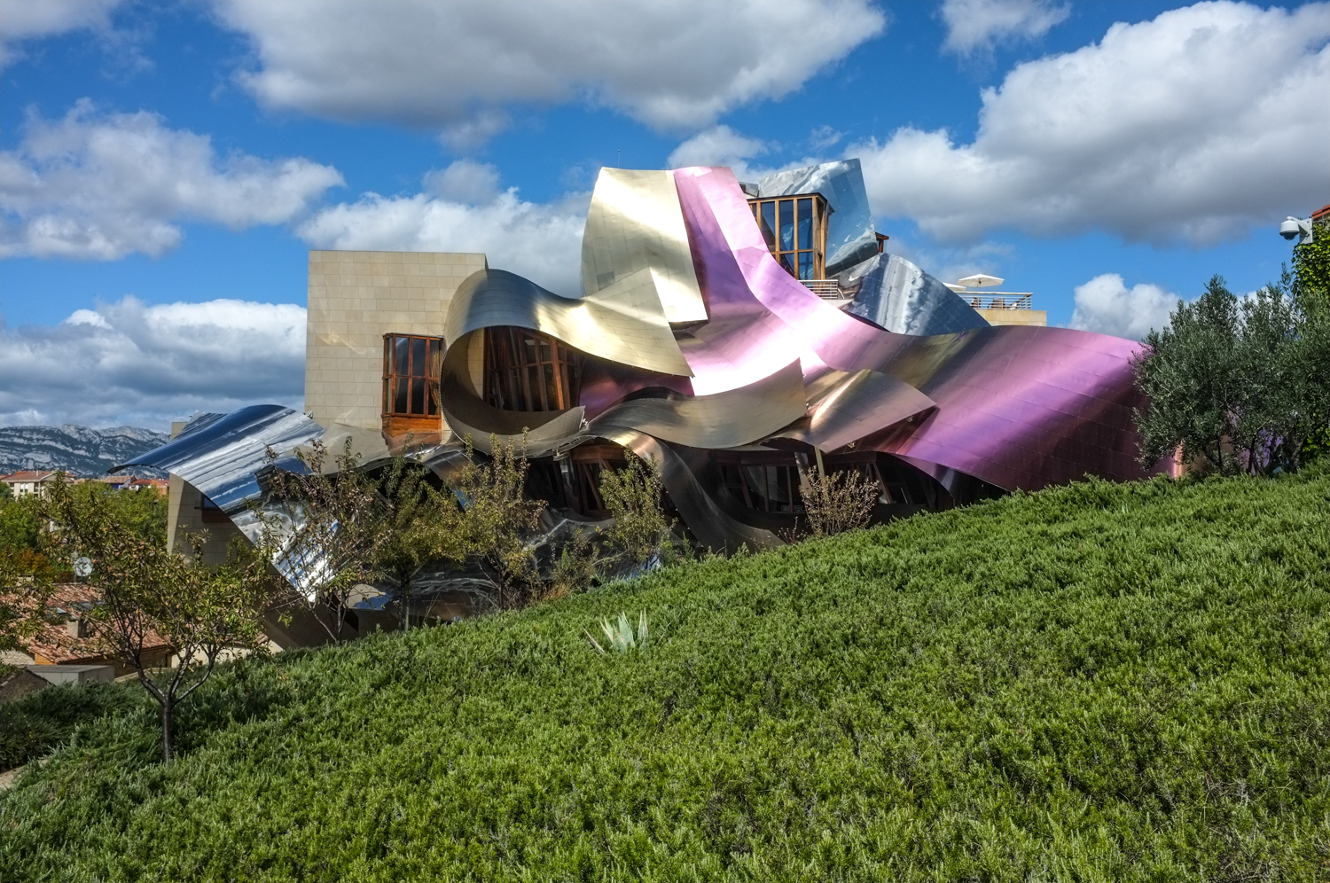 Frank gehry in rioja hotel marques de riscal for Hotel marques de riscal